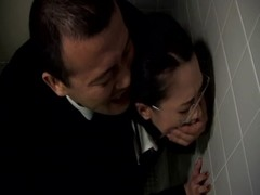 คลิปโป๊หลุด!!นักธุรกิจญี่ปุ่นหื่นกาม ดักขมขืนเลขาสาวในห้องน้ำหญิงอย่างเด็ด เย็ดท่ายืนกระเด้าตั๊บๆดังสนั่นห้อง