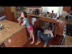 ฝรั่งxxxHD ช่างประปาดวงเฮงเจ้าของบ้านทิ้งให้อยู่กับลูกสาววัย15ปีดันมาอ่อยอยากโดนเย็ดหีเลยจัดให้
