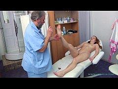 xxxHD  หญิงสาววัยรุ่นมาตรวจร่างกายแต่กลับโดนหมอเฒ่าจอมหื่นจับแก้ผ้าลวนลามทางเพศ
