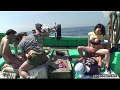 คลิปโป๊  เย็ดกันกลางทะเล  คู่ผัวเมียเช่าเรื่อออกไปตกปลาแต่ไม่ทันได้ตกจอดเรือเย็ดกันเฉย