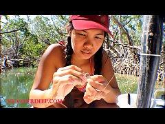 หนังx hd เย็ดไกด์ตกปลาสาวไทย นักท่องเที่ยวต่างชาติอยากนั่งเรือตกปลาจึงจ้างไกด์สาวไทยให้นำทาง