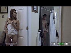 porn หี น้องสาวเงี่ยนหีแอบดูพี่ชายอาบน้ำแล้วยืนแหย่หี  สงสัยจะเงี่ยนจัดยืนเอานิ้วแหย่หีตัวเองหน้าห้องน้ำเลย